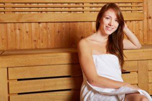Frau in der Sauna im Hotel Friesengeist